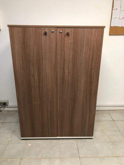 Armario alto con cerradura y estantes interiores